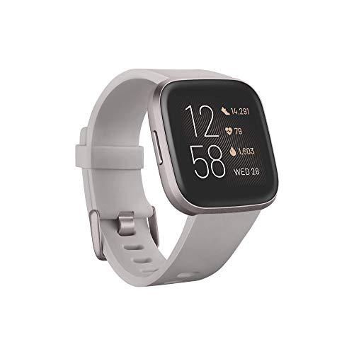 Fitbit Versa 2 – Gesundheits- und Fitness-Smartwatch mit Sprachsteuerung, Schlafindex und Musikfunktion, Steingrau/Nebelgrau, mit Alexa-Integration