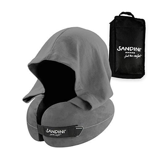 SANDINI TravelFix Hoodie Regular Size – Premium Reisekissen mit Verschluss/Nackenkissen mit ergonomischer Stützfunktion und integrierter Kapuze – Gratis Transporttasche mit Befestigungs-Clip