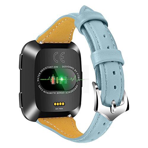 Jennyfly Fitbit Versa 2 Armband, Damen Herren Echtes Leder Ersatz Uhrenarmband mit Metallschnalle Verstellbar 5,5-8,1 Zoll Kompatibel für Fitbit Versa/Versa 2/Versa Lite - Hellblau