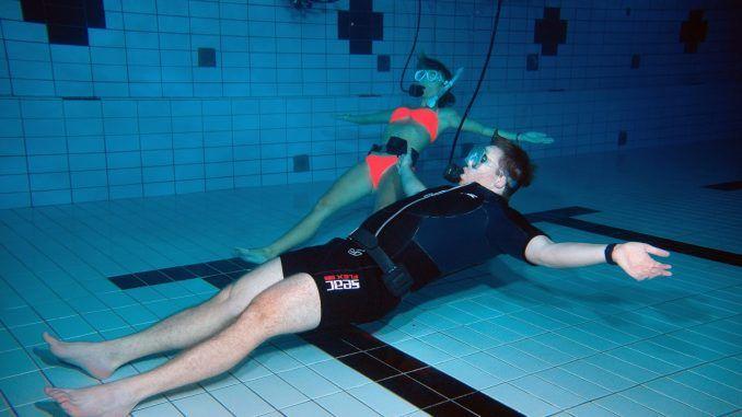 Unterwasser-Yoga in Timmendorfer Strand: Wir haben die Übungen im Schwimmbad ausprobiert. Foto: Thomas Günther