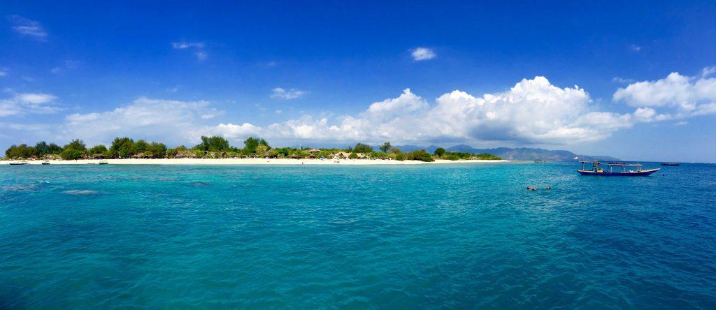 Paradiesisch: Glasklares Wasser umgibt die Inseln und lädt zum Schwimmen, Schnorcheln und Tauchen ein. Foto: Sascha Tegtmeyer