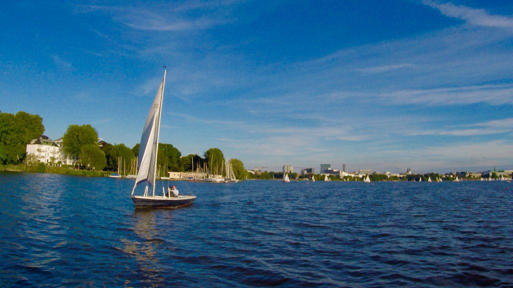 Auf der Alster in Hamburg kommen einem beim Stand Up Paddling viele andere Wassersportler entgegen. Foto: Sascha Tegtmeyer