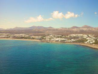 Vor uns liegt eine Woche tauchen auf Lanzarote. Wir wollen uns die steinige Vulkaninsel vor Westafrika mal genauer anschauen und freuen uns auf eine Woche an den schönsten Tauchplätzen der Kanaren, denn die Gewässer vor Lanzarote gehören zu den fischreichsten, vielfältgsten der gesamten Region. Foto: Sascha Tegtmeyer lanzarote luftaufnahme kanaren insel urlaub tauchen reise