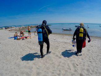 Tauchen in der Ostsee: Über den Strand gehts ins Wasser. Foto: Sascha Tegtmeyer