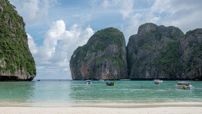 Rauchen in Thailand: Der beliebte Maya Beach in Koh Phi Phi wurde zeitweise wegen Umweltverschmutzung gesperrt! Foto: Pixabay