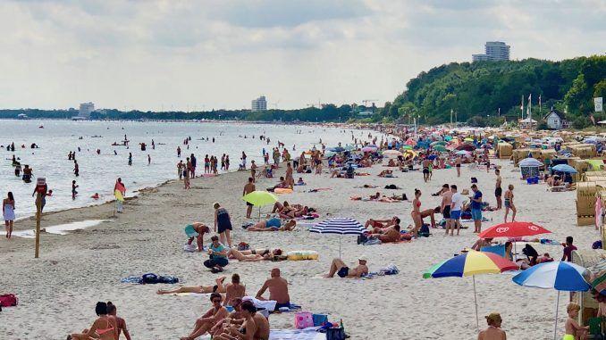 Strand in Scharbeutz im Sommer: an manchen Tagen sieht man das Wasser vor lauter Badegästen nicht – das Schwimmen in der Ostsee ist nicht ganz ungefährlich. Foto: Sascha Tegtmeyer
