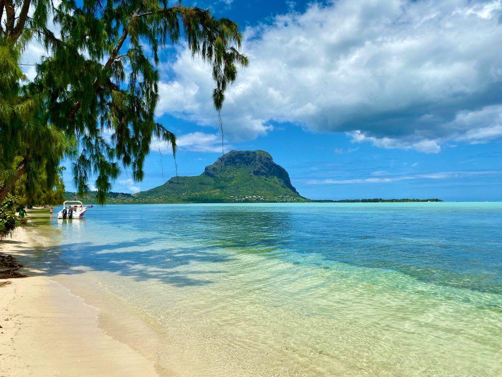 Überall auf Mauritius gibt es noch einsame Traumstrände zu entdecken – so wie hier auf der Ile de Bernitiers mit Blick auf den sagenumwobenen Berg Le Morne. © Sascha Tegtmeyer